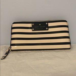 Kate Spade ♠️ black & white zipper wallet